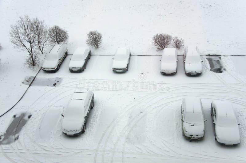 Carros à terra do estacionamento após a queda de neve, vista de cima de fotografia de stock