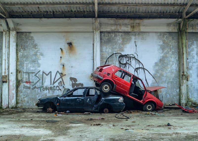 Carros abandonados empilhados sobre se imagens de stock royalty free