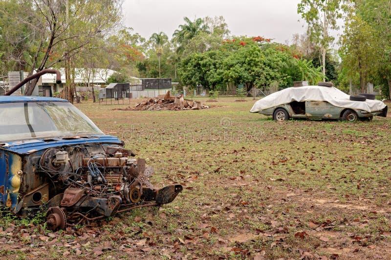 Carros abandonados velhos em uma jarda imagens de stock