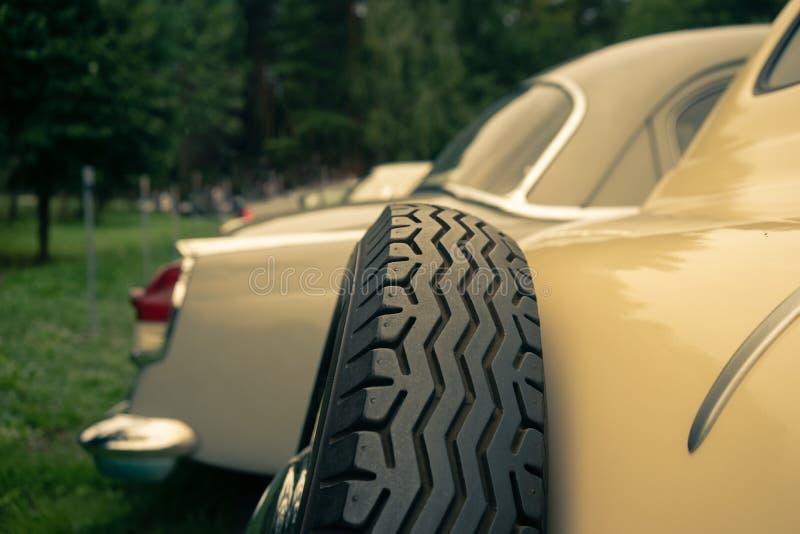 Carros amarelos do vintage na grama imagens de stock
