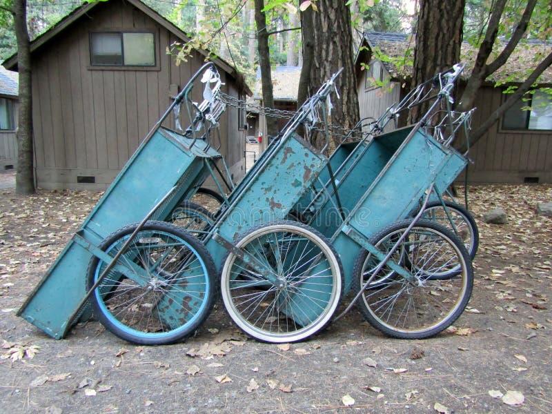 Carros azules del equipo de acampada cerca de las cabinas de madera fotos de archivo libres de regalías