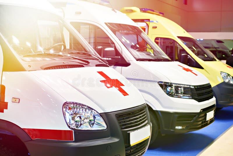 Carros brancos da ambulância com uma cruz vermelha foto de stock royalty free