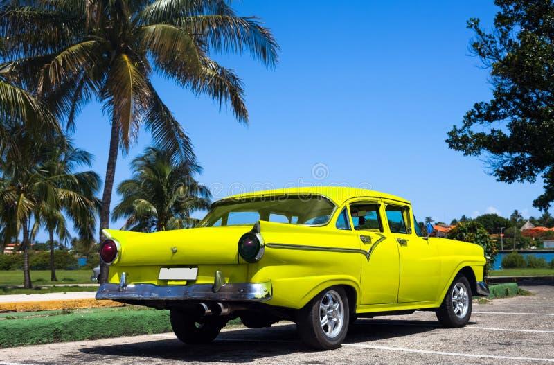 Carros clássicos amarelos de Cuba em havana foto de stock