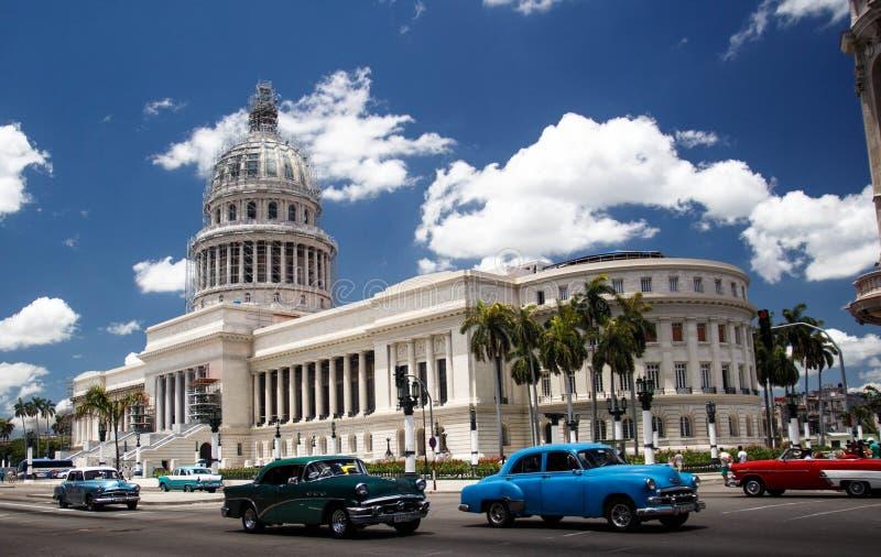 Carros clássicos americanos em Cuba na frente do EL Capitolio, Havana fotografia de stock royalty free