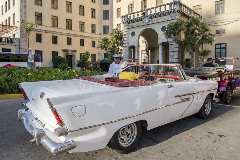Carros clássicos americanos na frente do nacional do hotel, Havana, Cuba fotos de stock royalty free