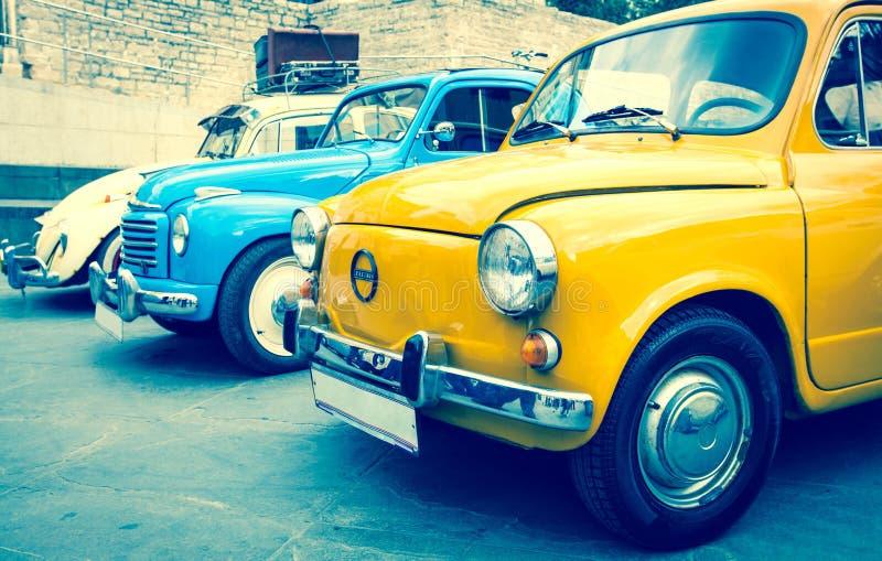 Carros clássicos coloridos do vintage imagens de stock