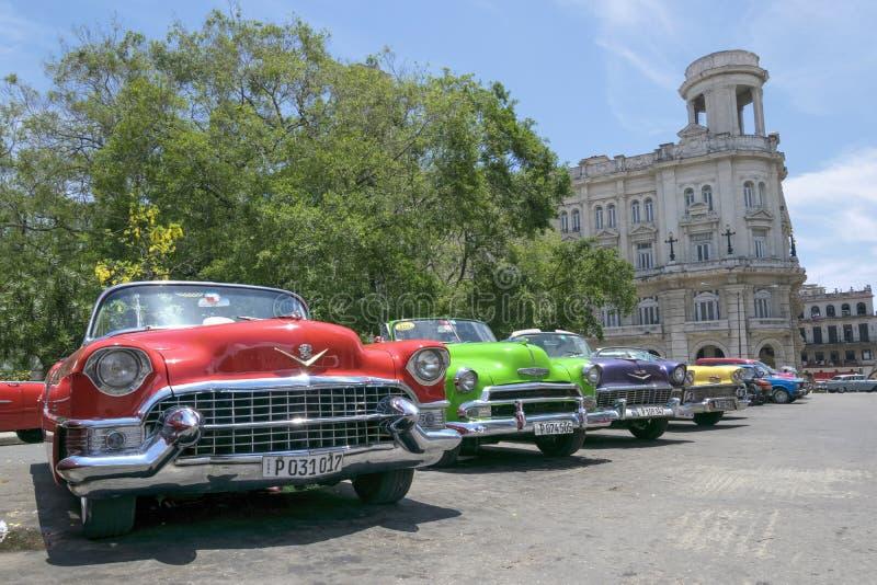 Carros clássicos coloridos em Havana, Cuba foto de stock