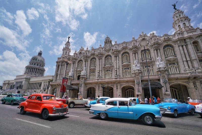 Carros clássicos coloridos na frente do Capitolio em Havana, Cuba foto de stock