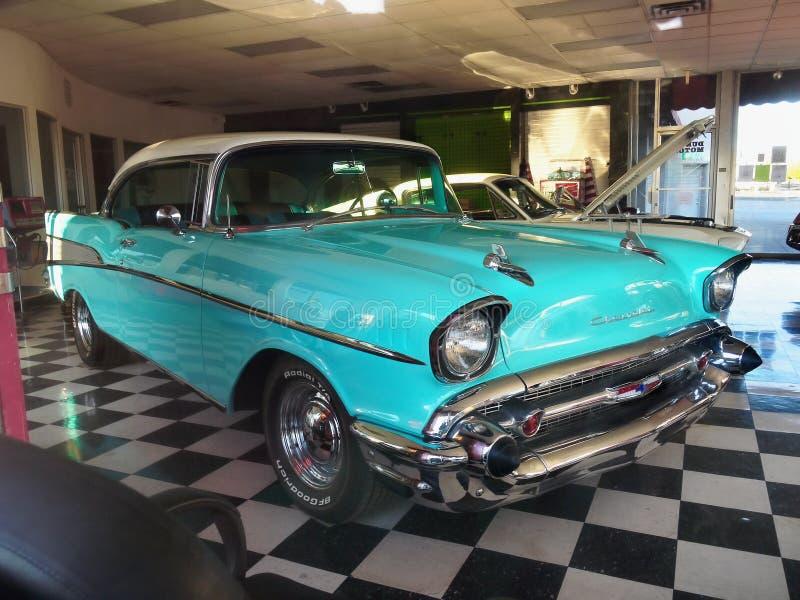 Carros clássicos do vintage, Chevrolet Bel Air, loja de Kingman fotografia de stock