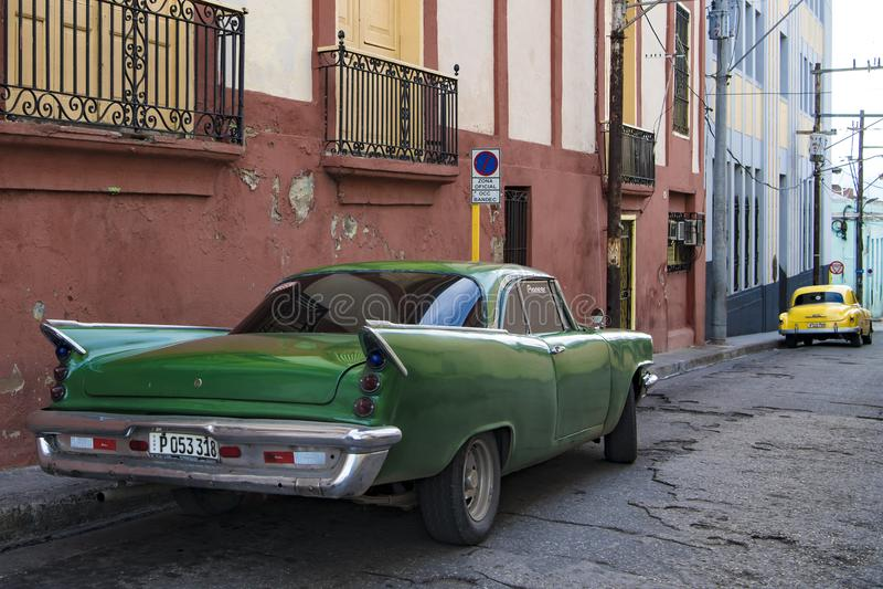 Carros clássicos na rua de Santiago de Cuba foto de stock
