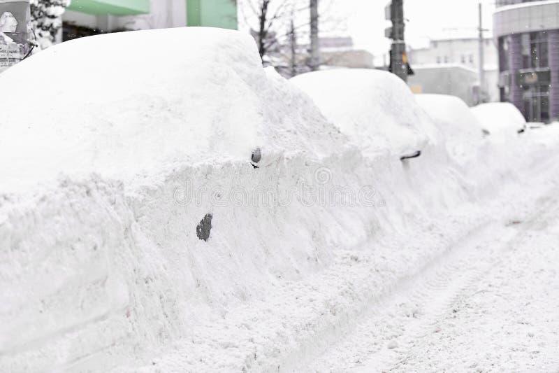 Carros cobertos de neve completos fotos de stock