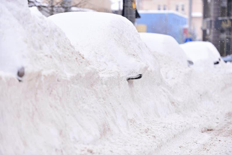 Carros cobertos de neve completos foto de stock
