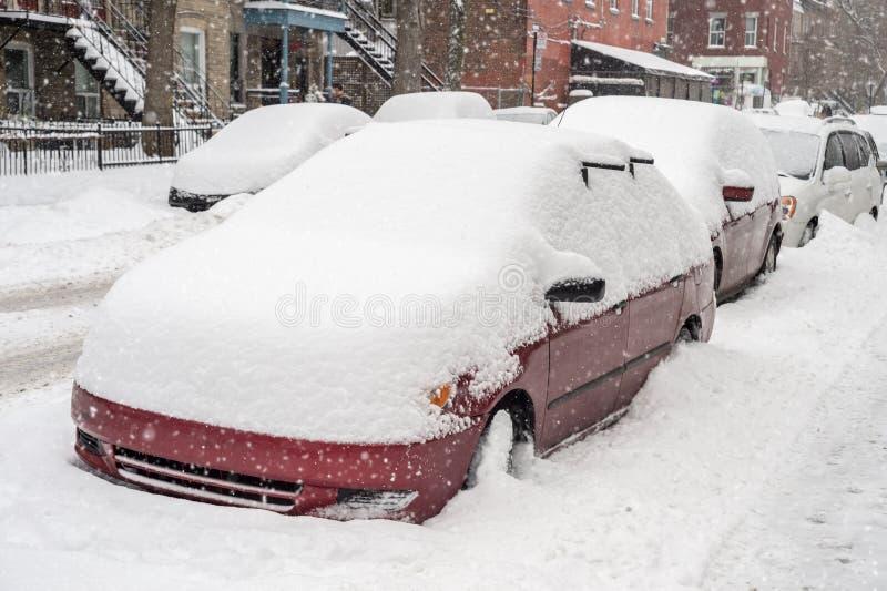 Carros cobertos na neve durante a tempestade de neve fotografia de stock royalty free