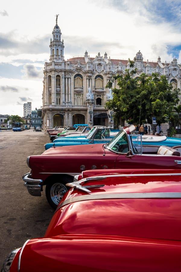 Carros coloridos cubanos do vintage na frente do Gran Teatro - Havana, Cuba foto de stock royalty free