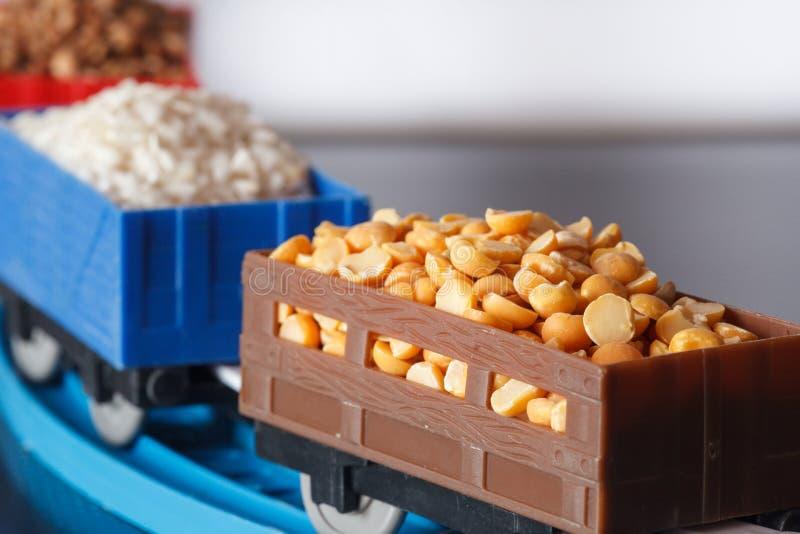Carros con el grano de guisantes, del arroz y del alforfón Culturas del grano foto de archivo