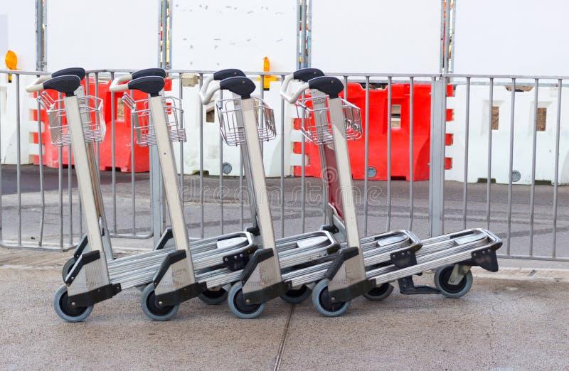 Carros da bagagem no aeroporto fotografia de stock