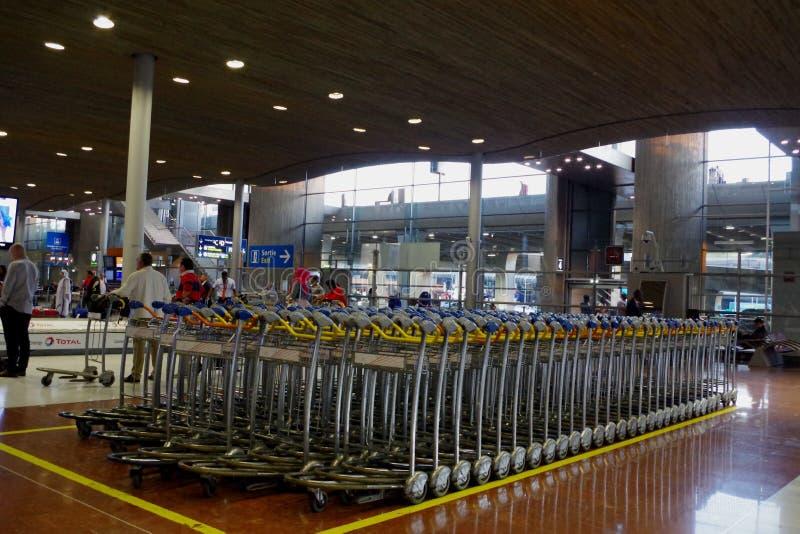 Carros da bagagem, troles de modo operacional em um aeroporto moderno fotografia de stock royalty free