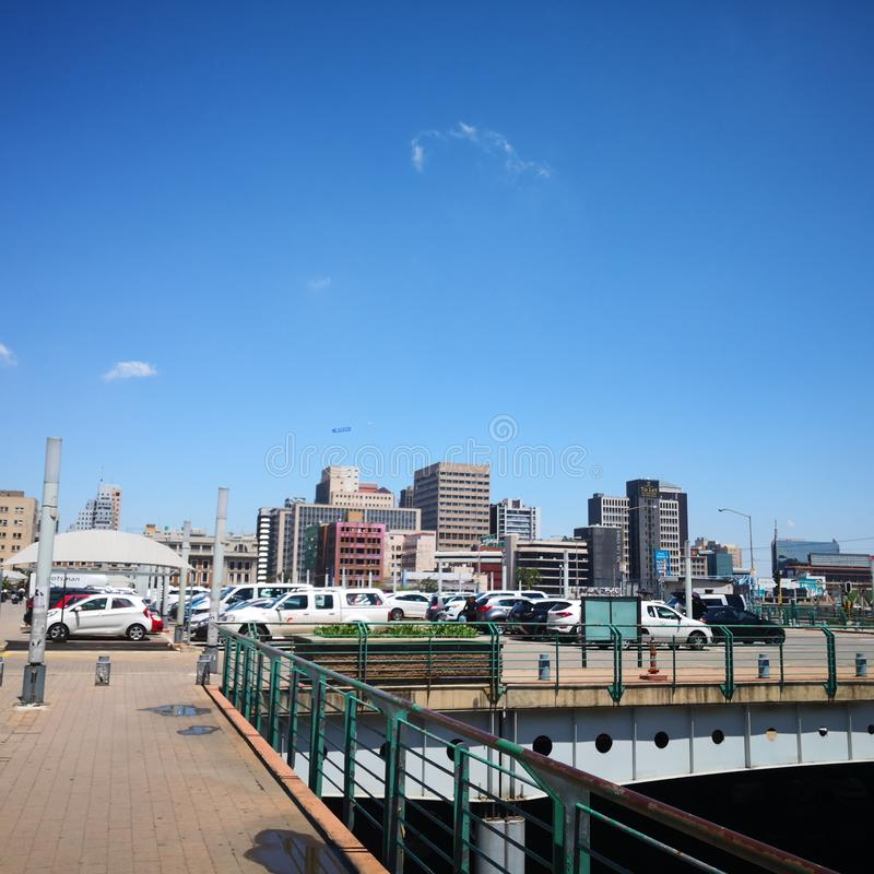 Carros da estação do parque de Joanesburgo estacionados sobre a ponte fotos de stock royalty free