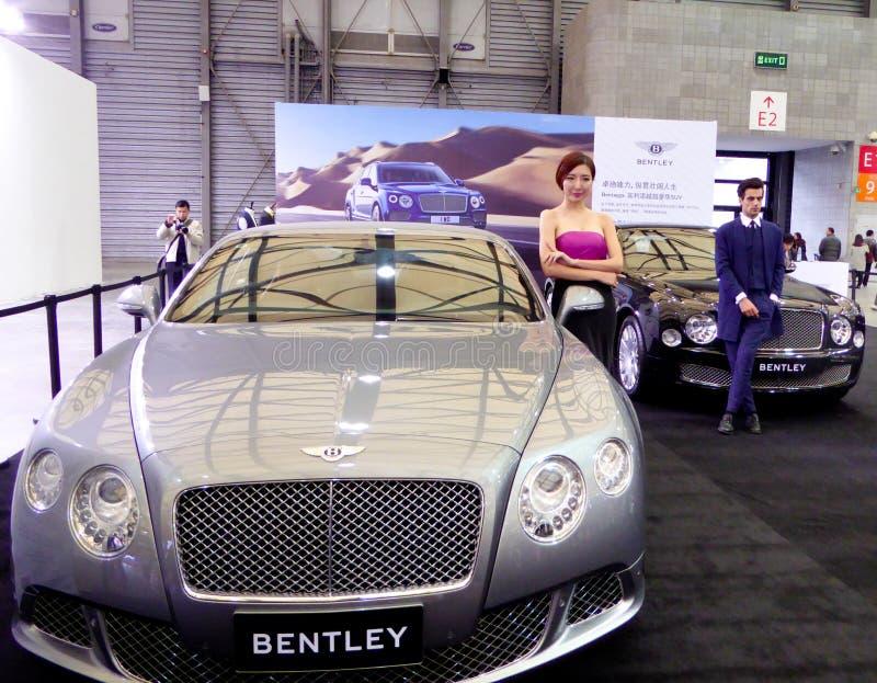 Carros de Bentley na feira automóvel imagem de stock