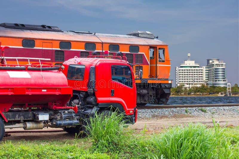 Carros de bombeiros, construções railway foto de stock