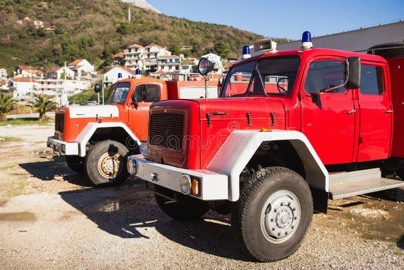 Carros de bombeiros no quartel dos bombeiros fotos de stock royalty free