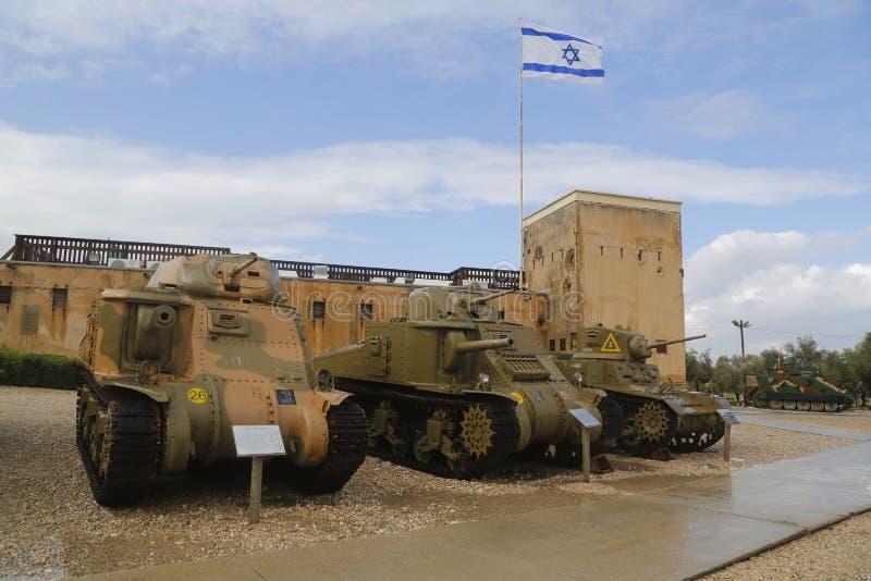 Carros de combate leve americanos na exposição do Lee M3 Grant, M3 esquerdo e de M3A1 Stuart em museu blindado do corpo do la-Shi imagem de stock