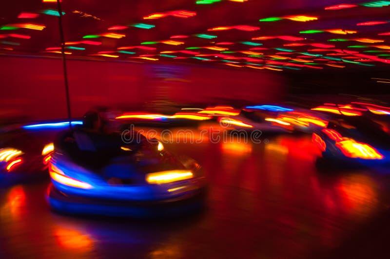 Carros de Dodgem na feira de divertimento imagens de stock royalty free