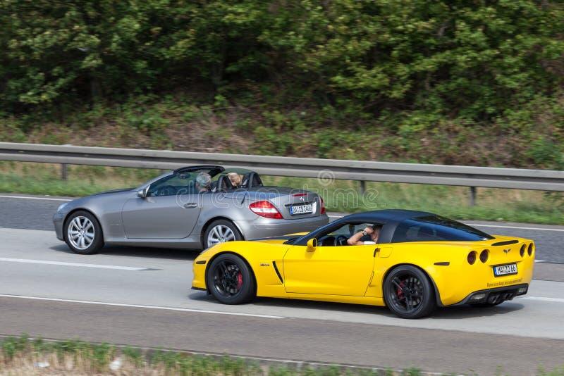 Carros de esportes na estrada em Alemanha fotos de stock