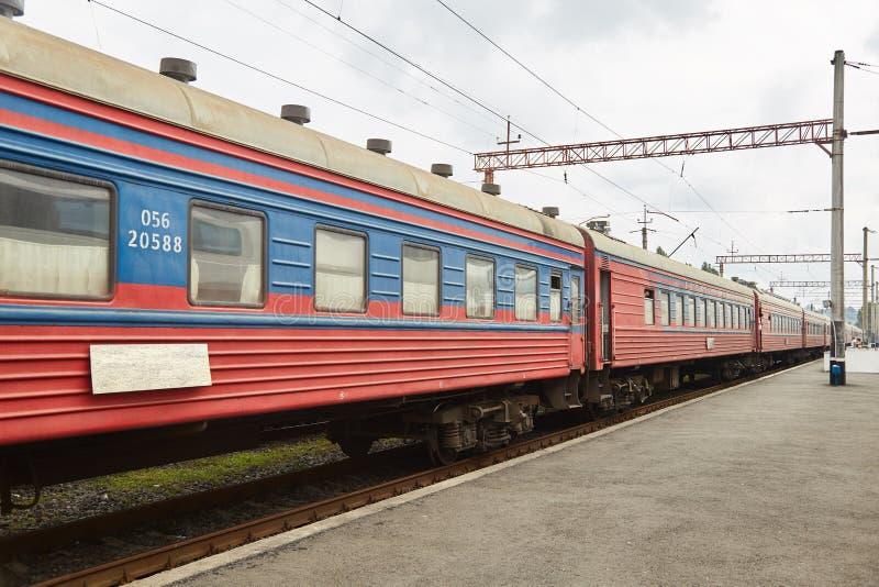 Carros de estrada de ferro velhos Trem velho O trem Batumi - Yerevan Estação de trem de Batumi fotos de stock royalty free