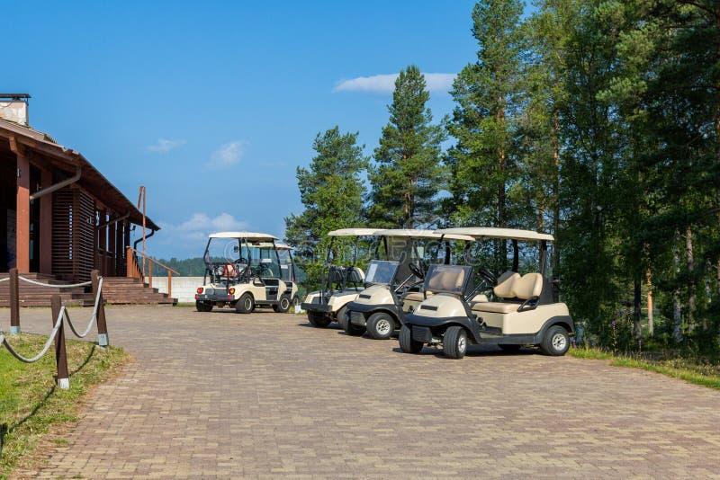 Carros de golf en el estacionamiento imagenes de archivo