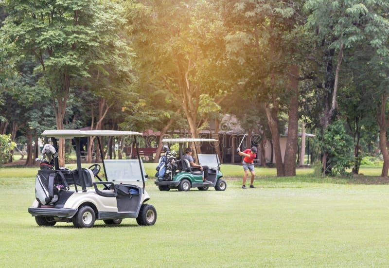 Carros de golf parqueados en espacio abierto en campo de golf foto de archivo