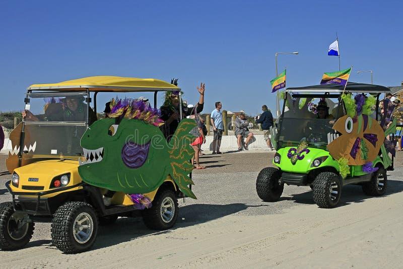 Carros de golf a pescado del ` del ` en Mardi Gras Parade descalzo imagen de archivo libre de regalías