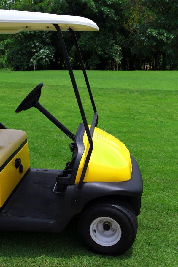 Carros de golfe amarelos fotografia de stock