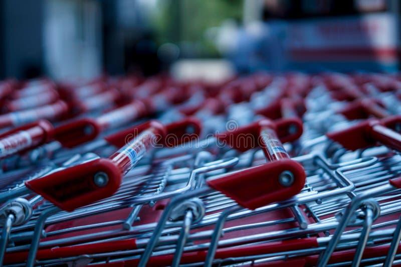 Carros de la compra con una alameda de compras en el fondo imagenes de archivo