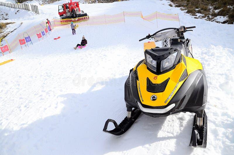 Carros de neve Ski-Doo Rotax 600 Ho E-técnico no snowfield fotografia de stock