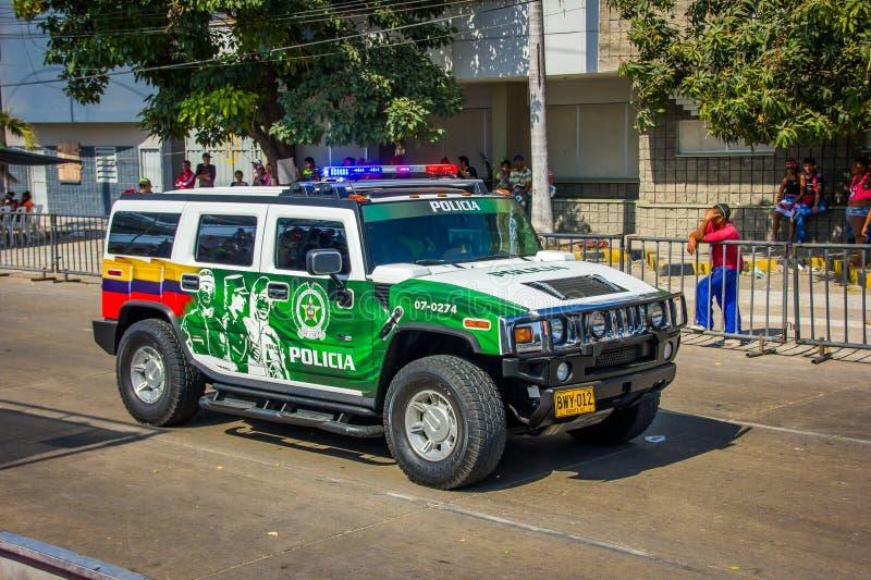 Carros de polícia que patrulham ruas imediatamente antes de foto de stock