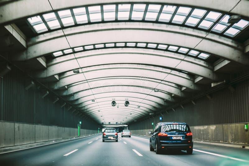 Carros de pressa dentro de um túnel urbano da estrada imagens de stock