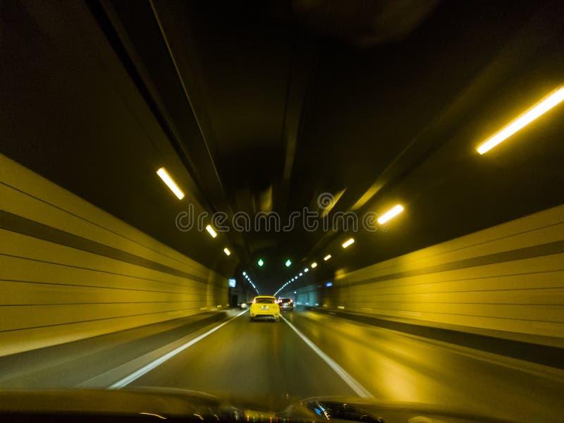 Carros de pressa dentro de um fundo urbano do borr?o de movimento do t?nel da estrada fotografia de stock royalty free
