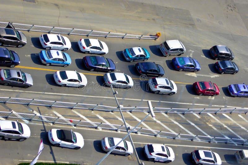 Carros de Qingdao que esperam o sinal imagens de stock