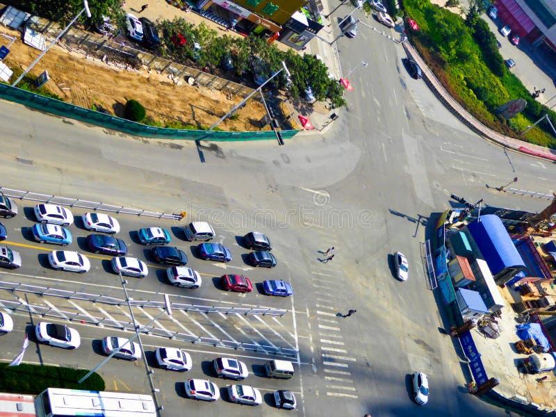 Carros de Qingdao que esperam o sinal foto de stock