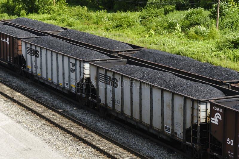 Carros de trilho do funil completamente de Viginia Coal ocidental imagens de stock