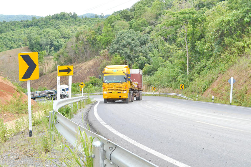Download Carros del camión cargados foto de archivo. Imagen de camino - 42440238