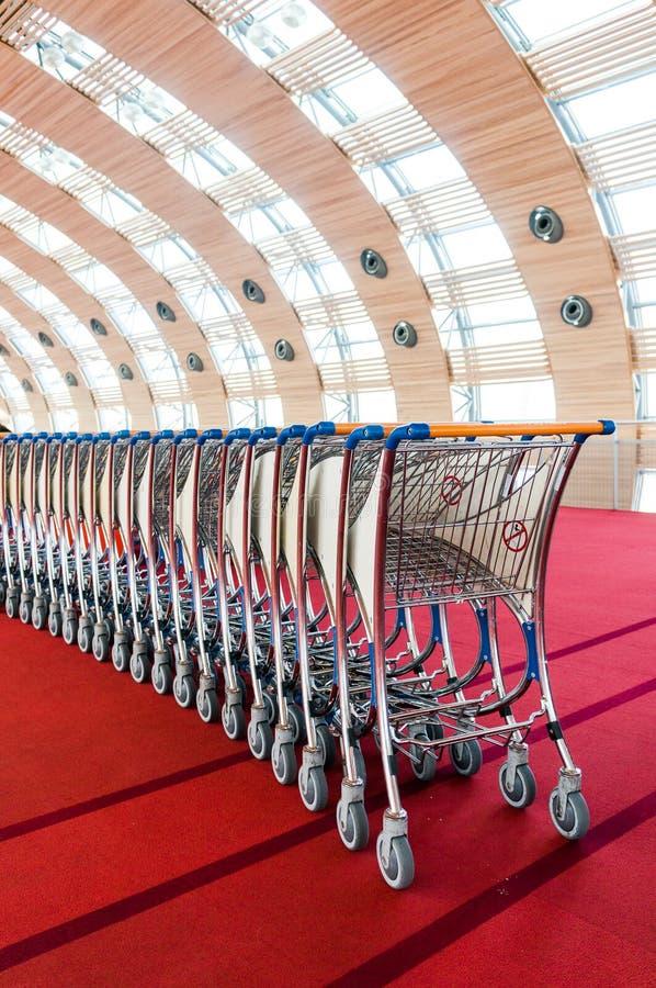 Carros del equipaje en el aeropuerto moderno foto de archivo libre de regalías