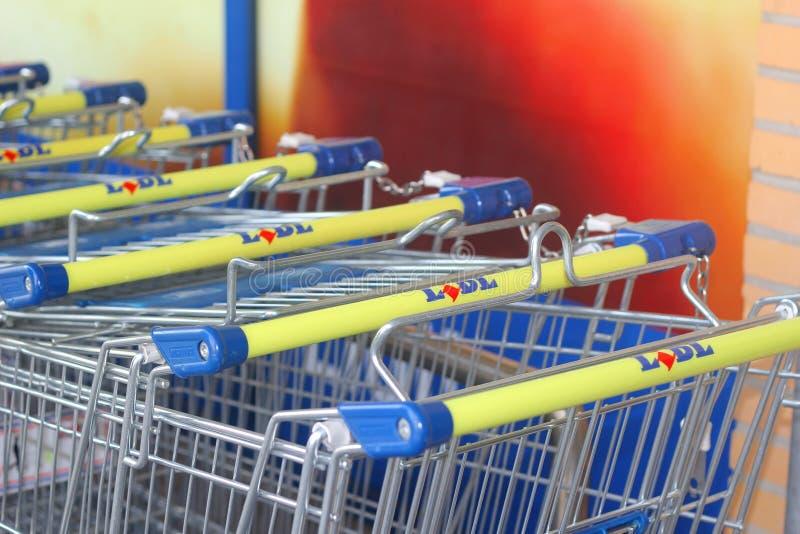 Carros del supermercado de la cadena de supermercados de Lidl adentro imagen de archivo