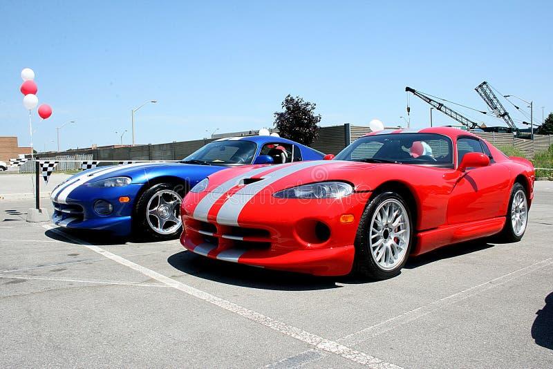Carros desportivos vermelhos e azuis foto de stock