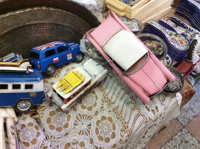 Carros do brinquedo do vintage na feira da ladra em Yaffo velho (Jaffa, Yafo), Israel fotos de stock