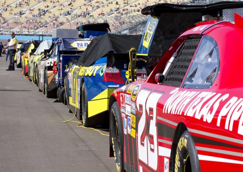 Carros do copo de NASCAR Sprint alinhados imagens de stock royalty free