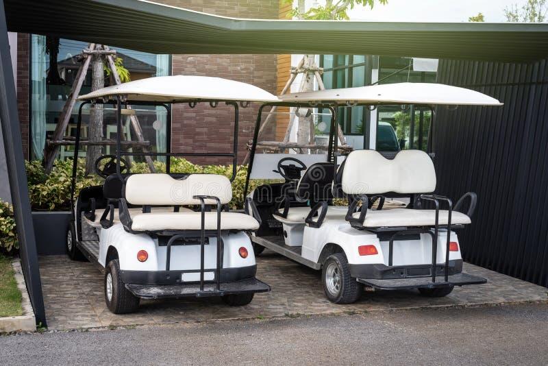 Carros do golfe que estacionam no hotel para o serviço dos clientes imagens de stock