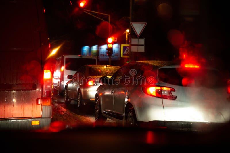carros dos sinais em estradas de cidade da noite imagem de stock