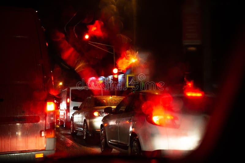 carros dos sinais em estradas de cidade da noite fotografia de stock